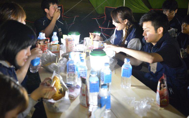 ランタンの明りの下、みんなで仲良く晩御飯を食べました。