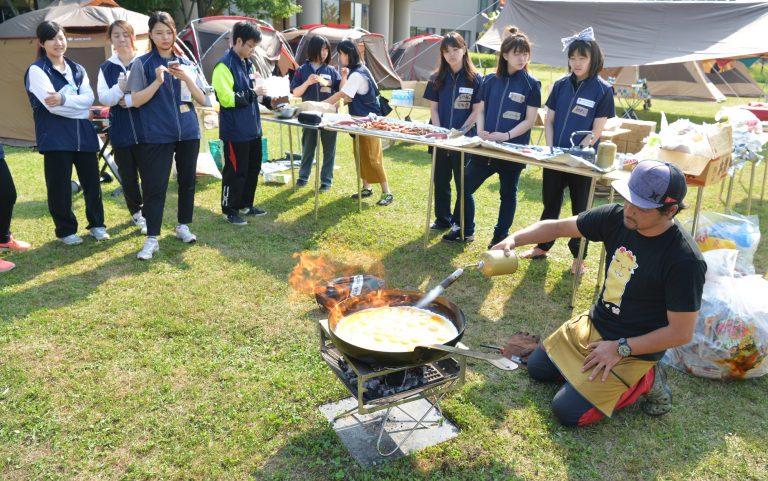 及川先生の豪快な朝ごはん調理の様子。